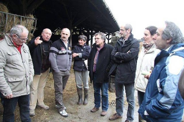 Michel Perrier et Claude Gourvil entourés des syndicalistes agricoles lors de la visite.